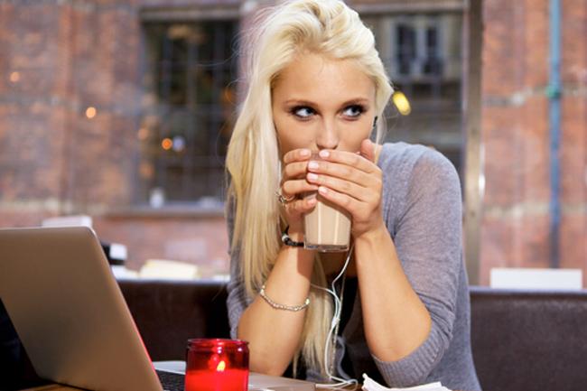 La fille dans la revue de café